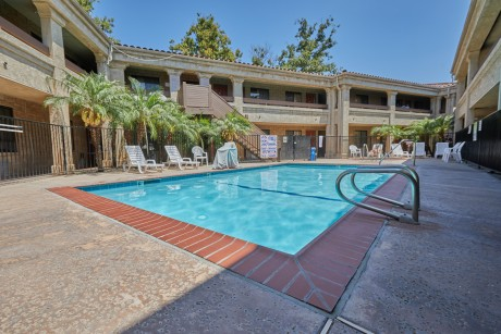 Welcome To Premier Inns Thousand Oaks - Sparkling Pool